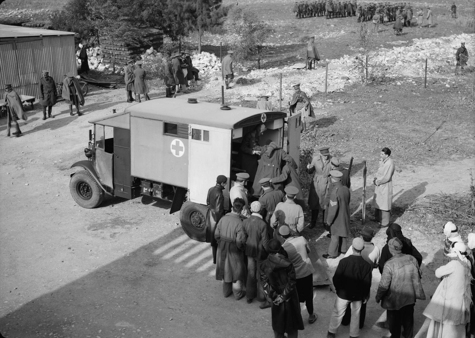 15. Раненый итальянский пленный забирается в британскую санитарную машину на станции Вади Сарар