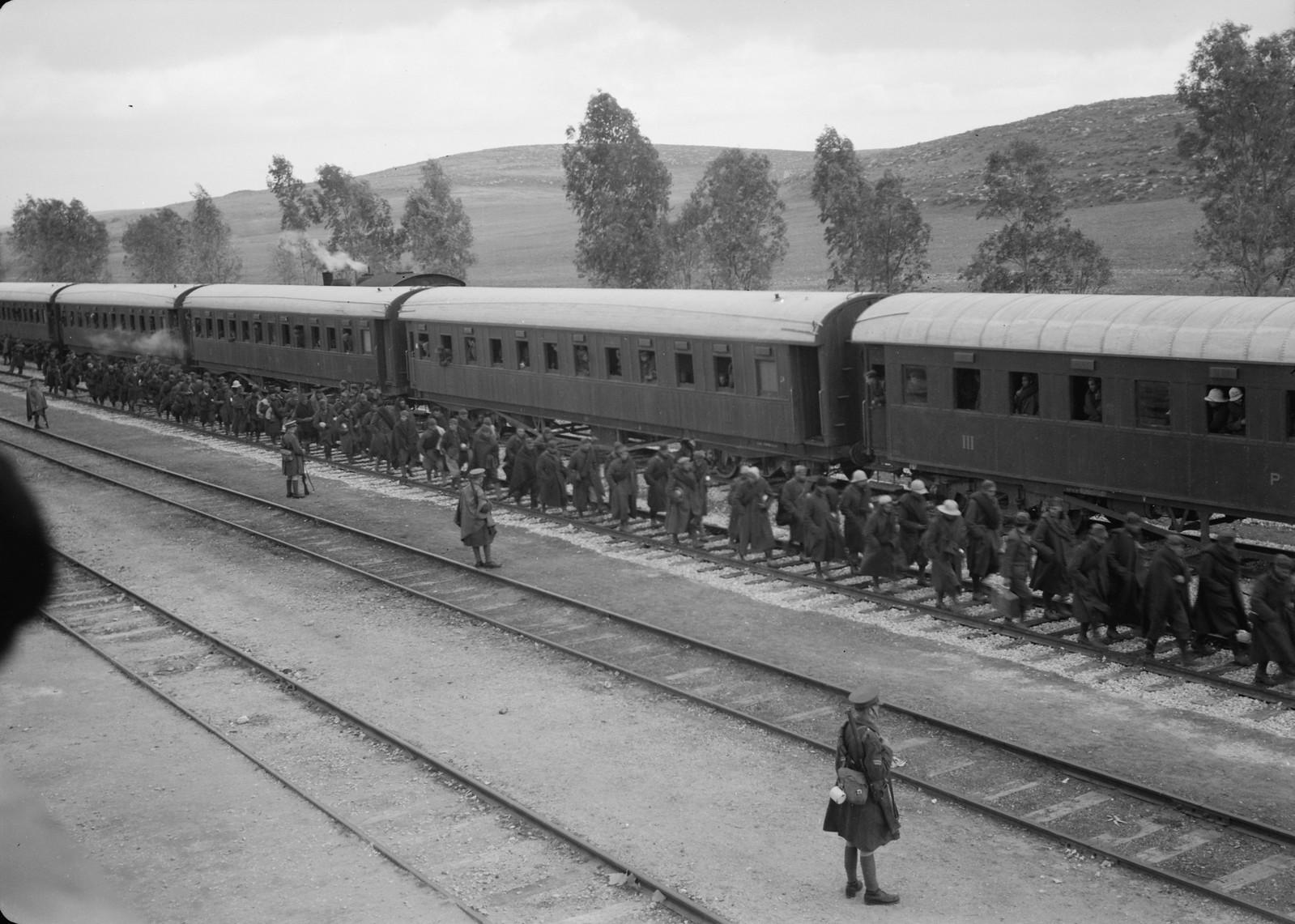 11. Итальянские пленные идут вдоль вагонов под конвоем новозеландских солдат