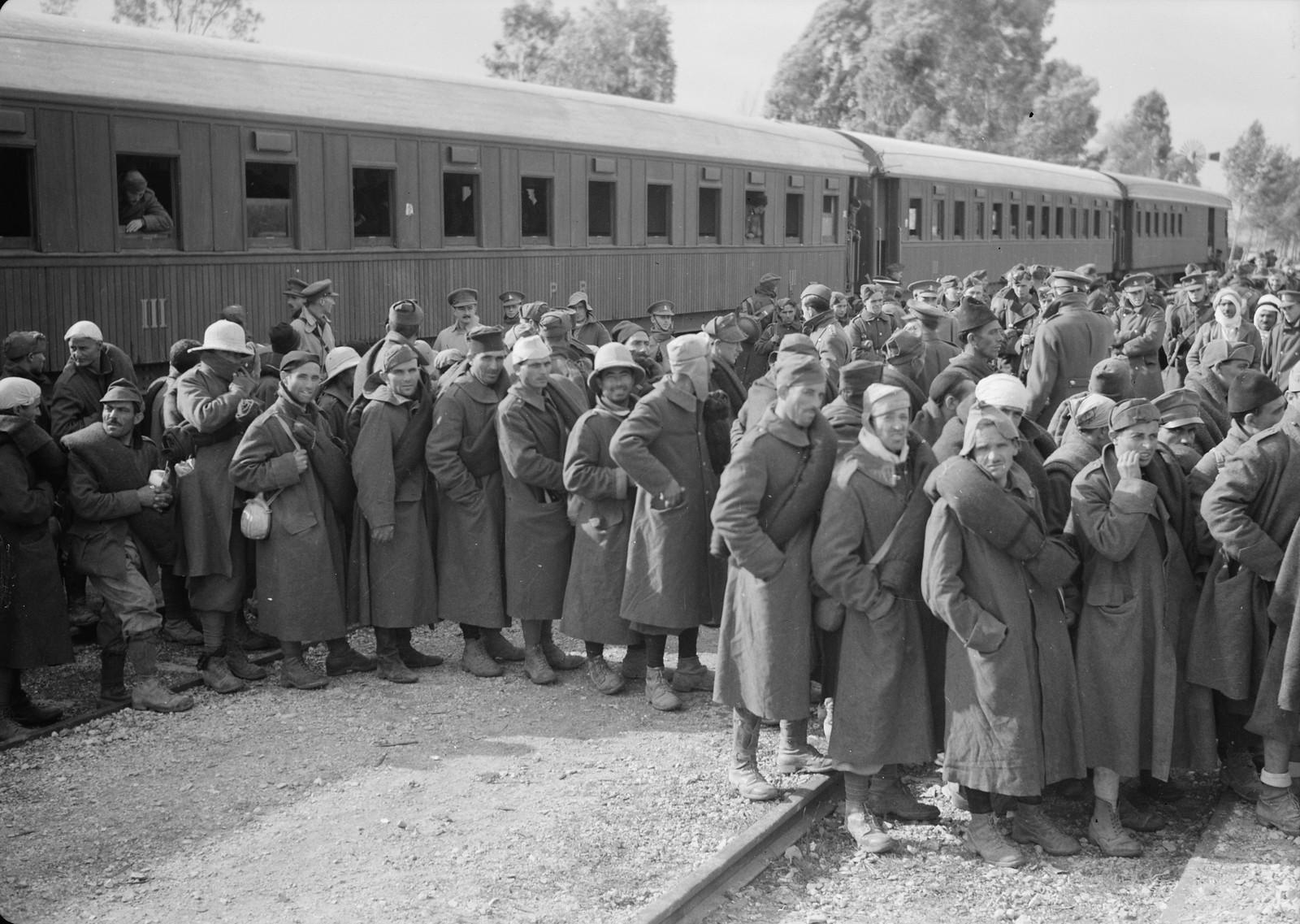 10. Итальянские пленные стоят около поезда на станции Вади Сарар