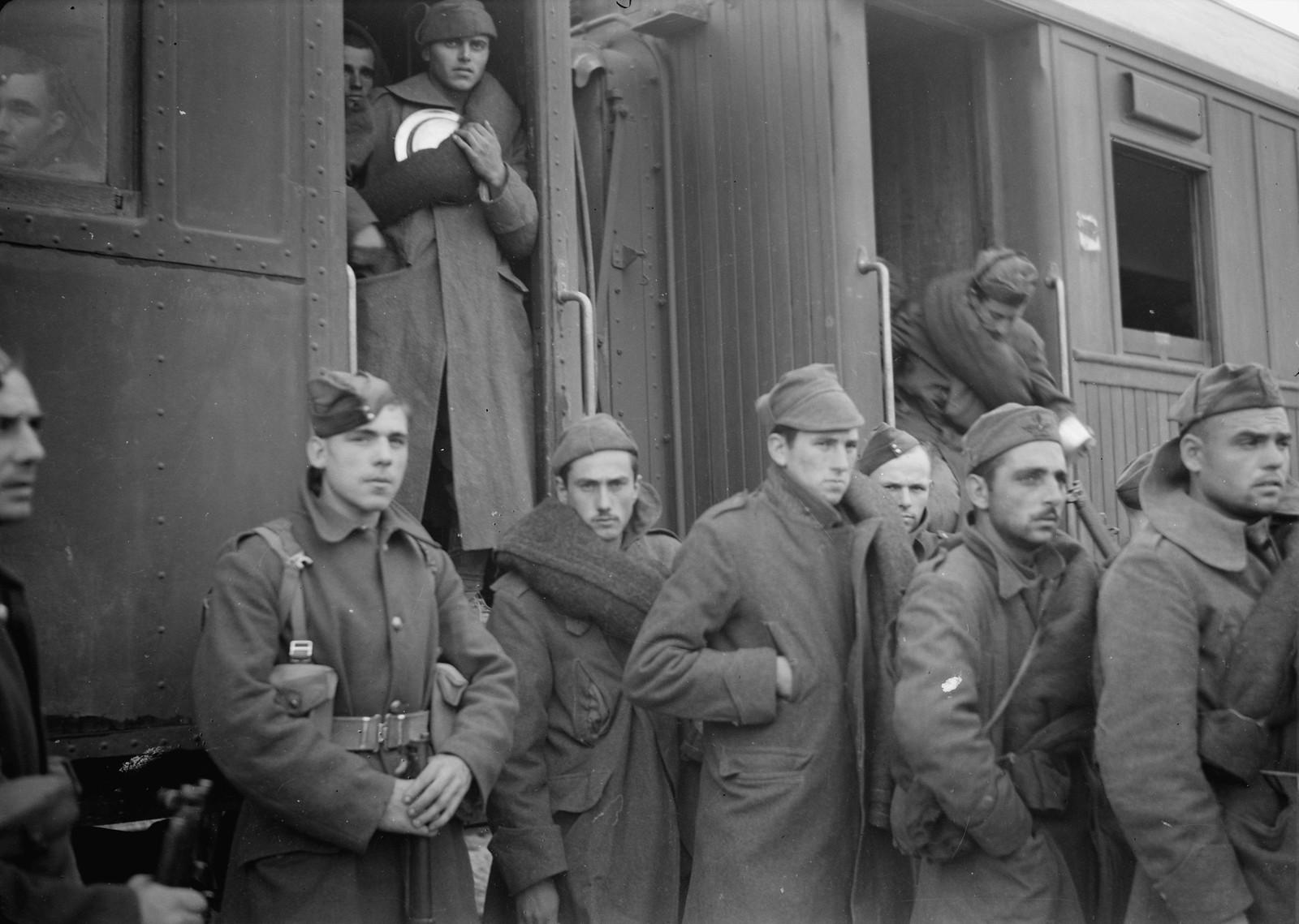 09. Итальянские пленные выходят из вагона на станции Вади Сарар