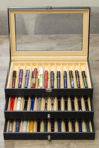 Mueble para estilográficas con una colección Pelikan