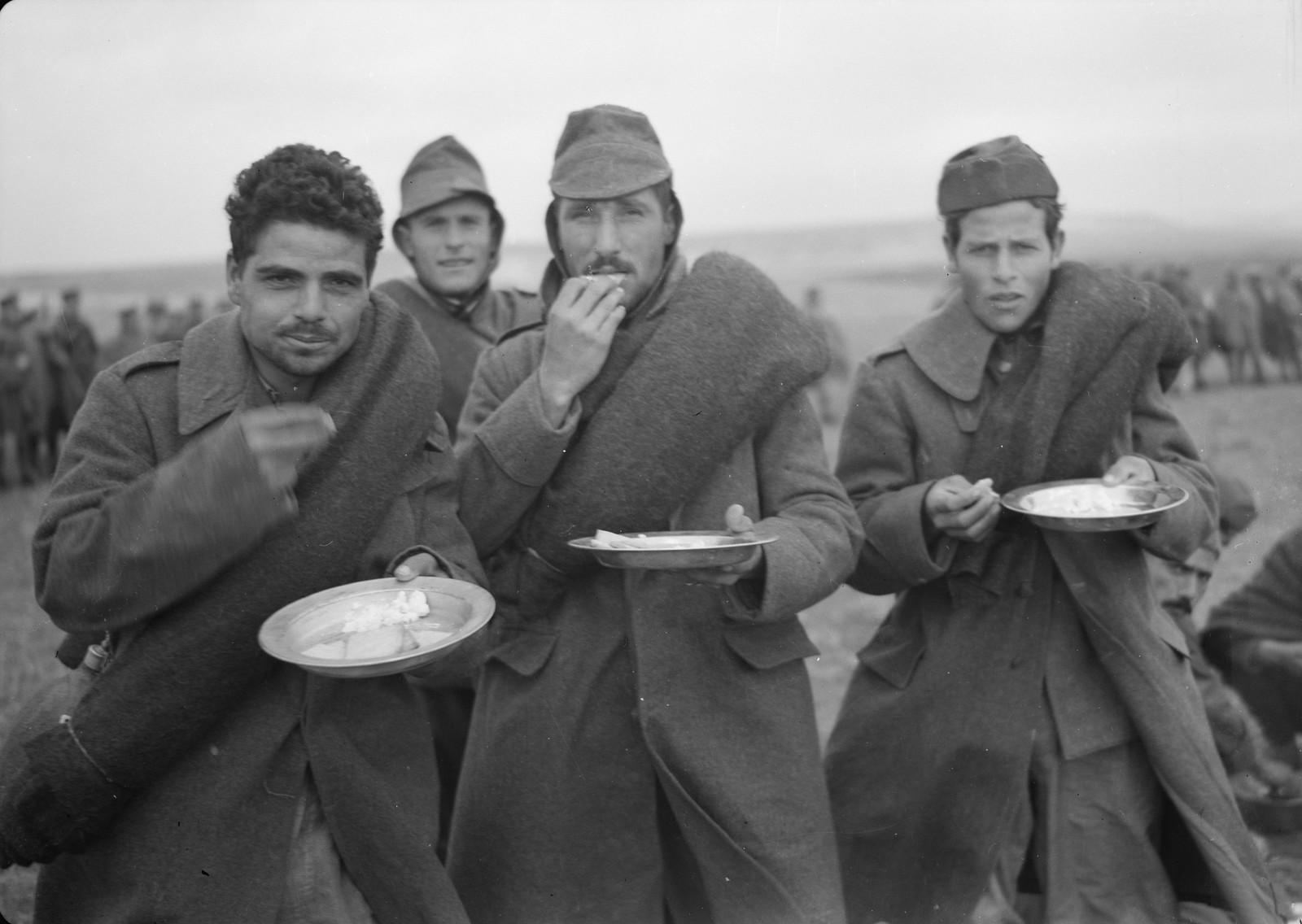 31. Итальянские пленные за обедом на станции Вади Сарар
