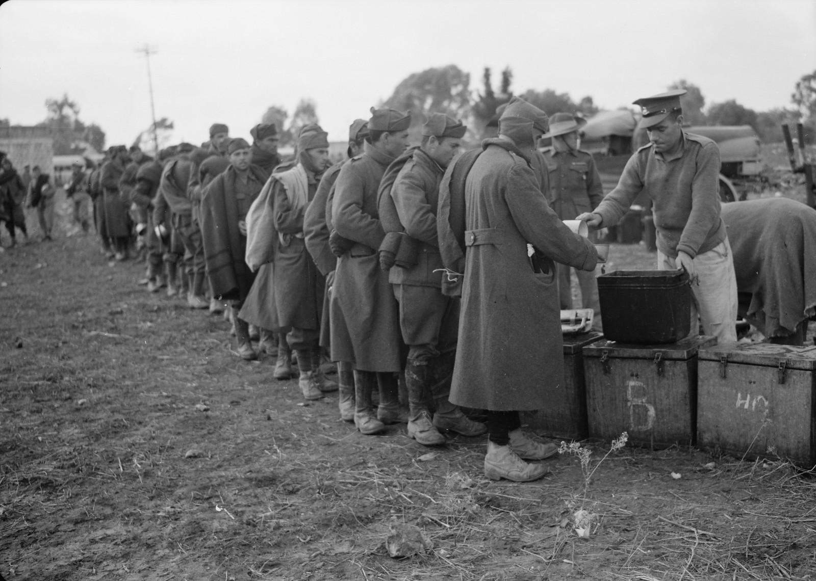 24. Итальянские пленные получают суп от новозеландского солдата на станции Вади Сарар