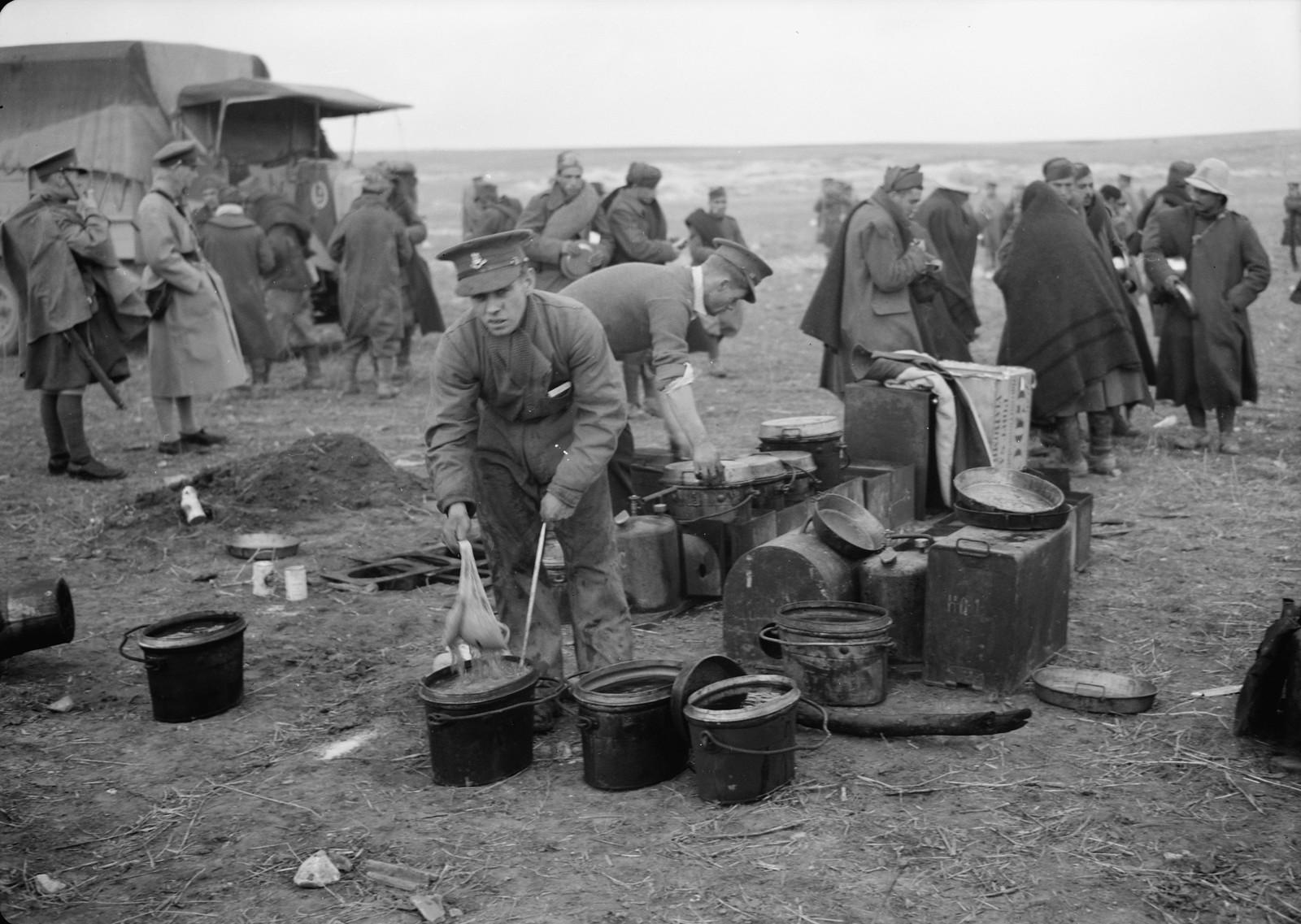 21. Новозеладский солдат готовит обед для итальянских пленных на станции Вади Сарар