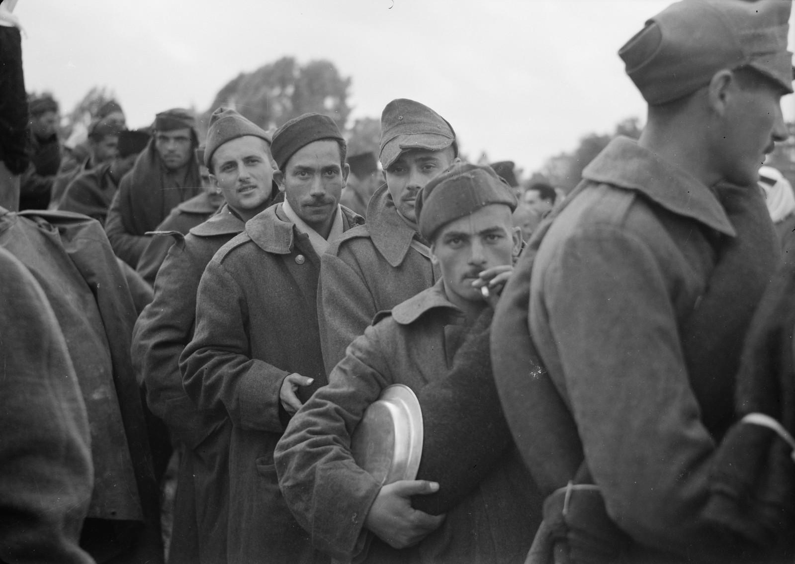 21. Итальянские пленные стоят в очереди за обедом на станции Вади Сарар