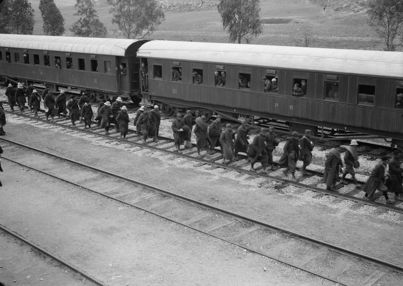 12. Итальянские пленные идут вдоль вагонов на станции Вади Сарар