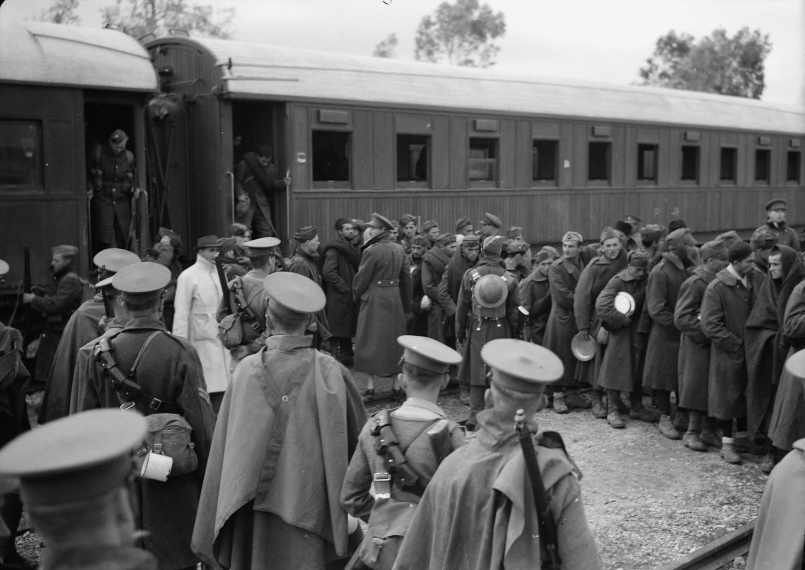 08. Итальянские пленные выходят из вагонов на станции Вади Сарар под конвоем новозеландских и британских солдат