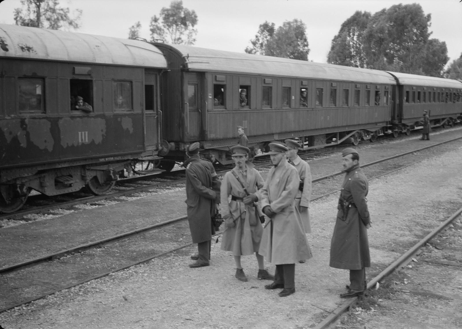 06. Английские и новозеландские офицеры стоят около поезда с итальянскими пленными на станции Вади Сарар