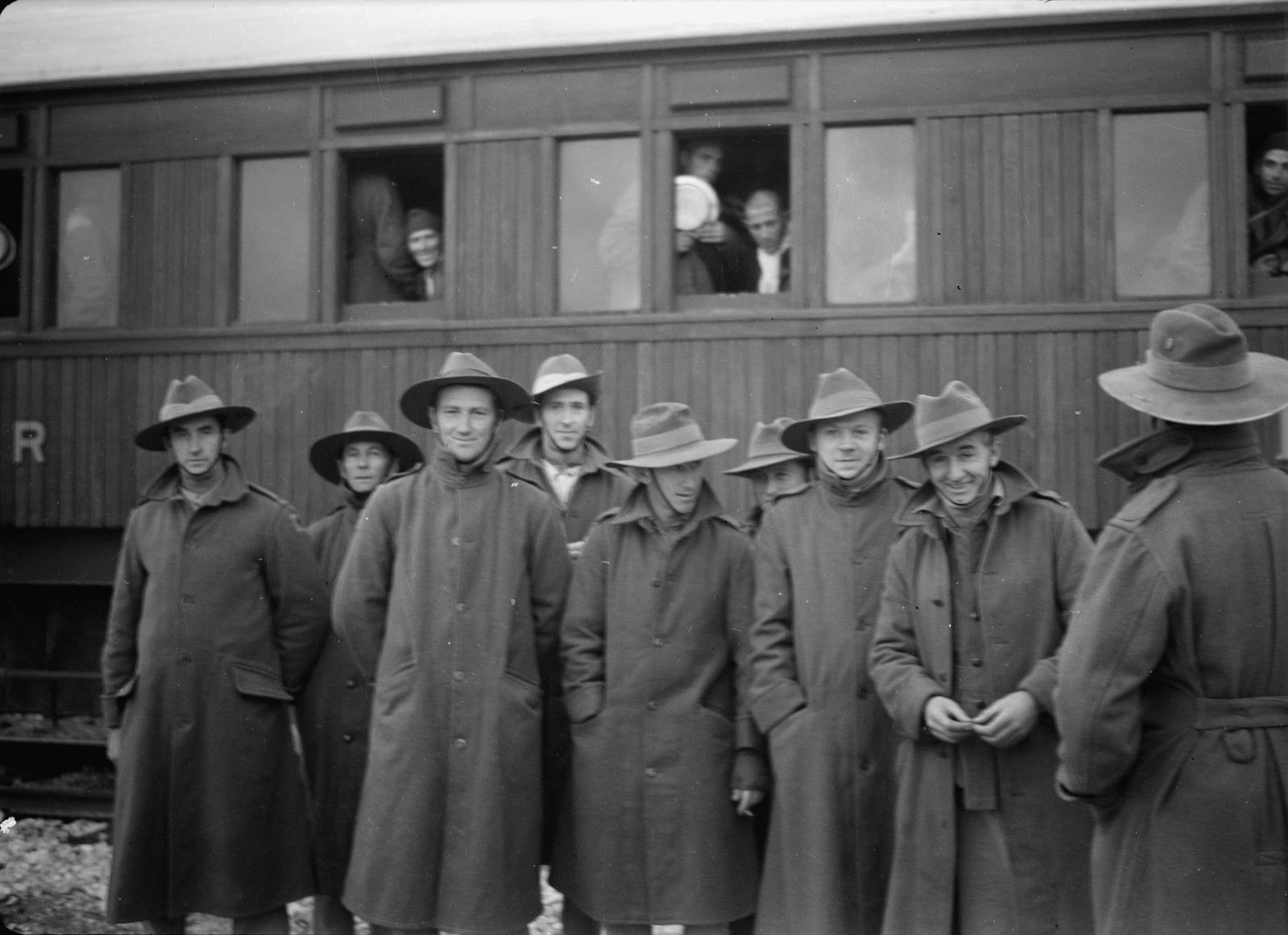 03. Новозеландские и австралийские солдаты стоят перед вагоном с итальянскими пленными на станции Вади Сарар