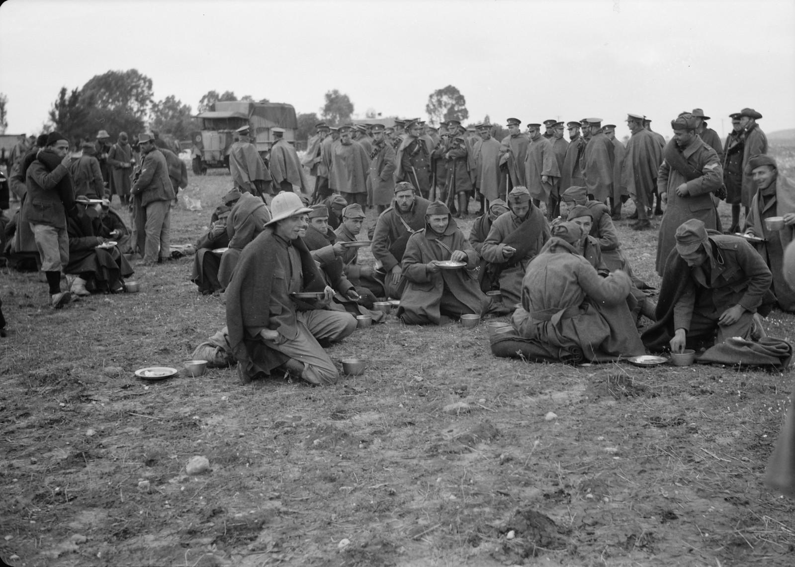 27. Итальянские пленные обедают под конвоем новозеландских солдат