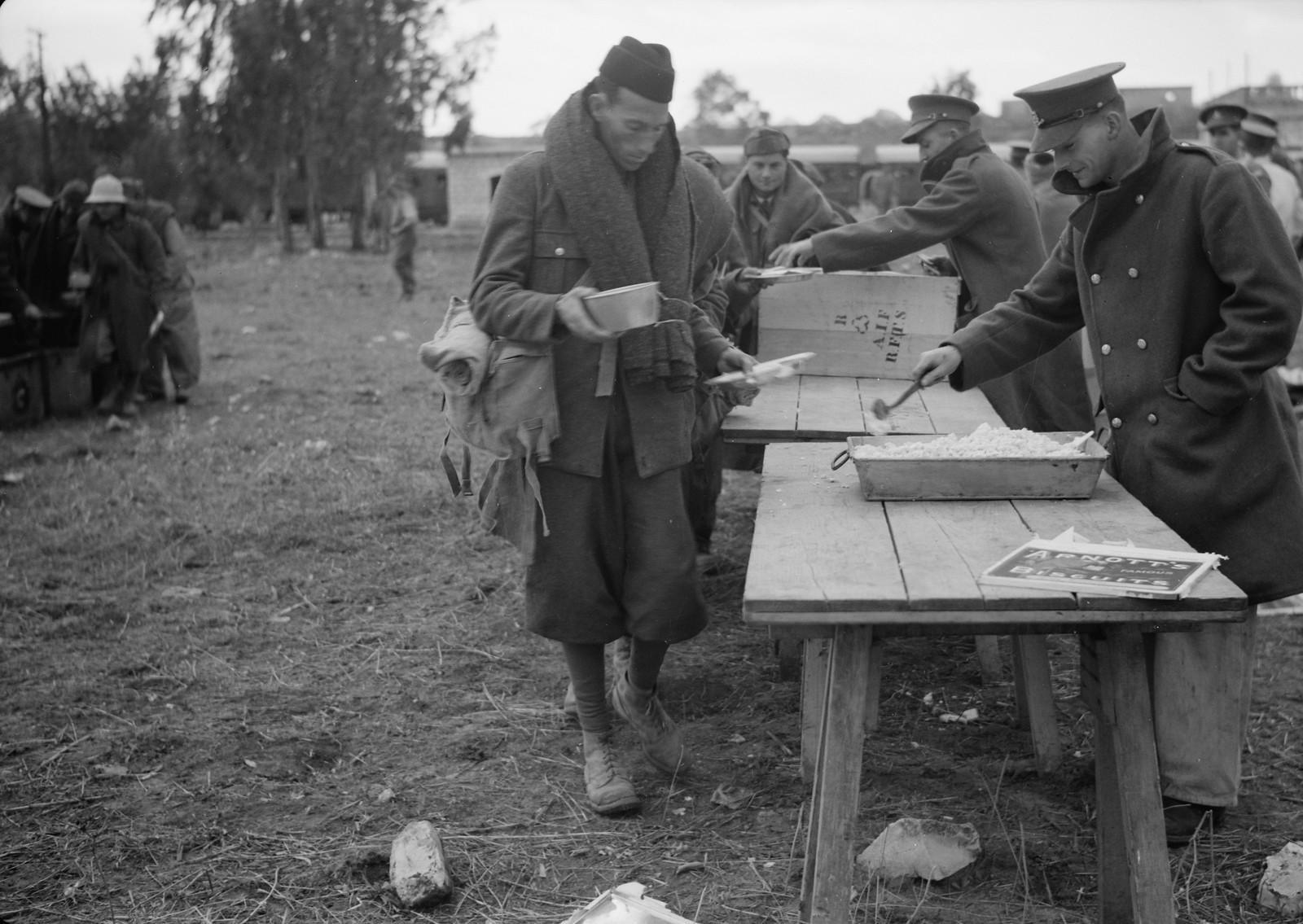 26. Новозеландские солдаты раздают обед итальянским пленным на станции Вади Сарар