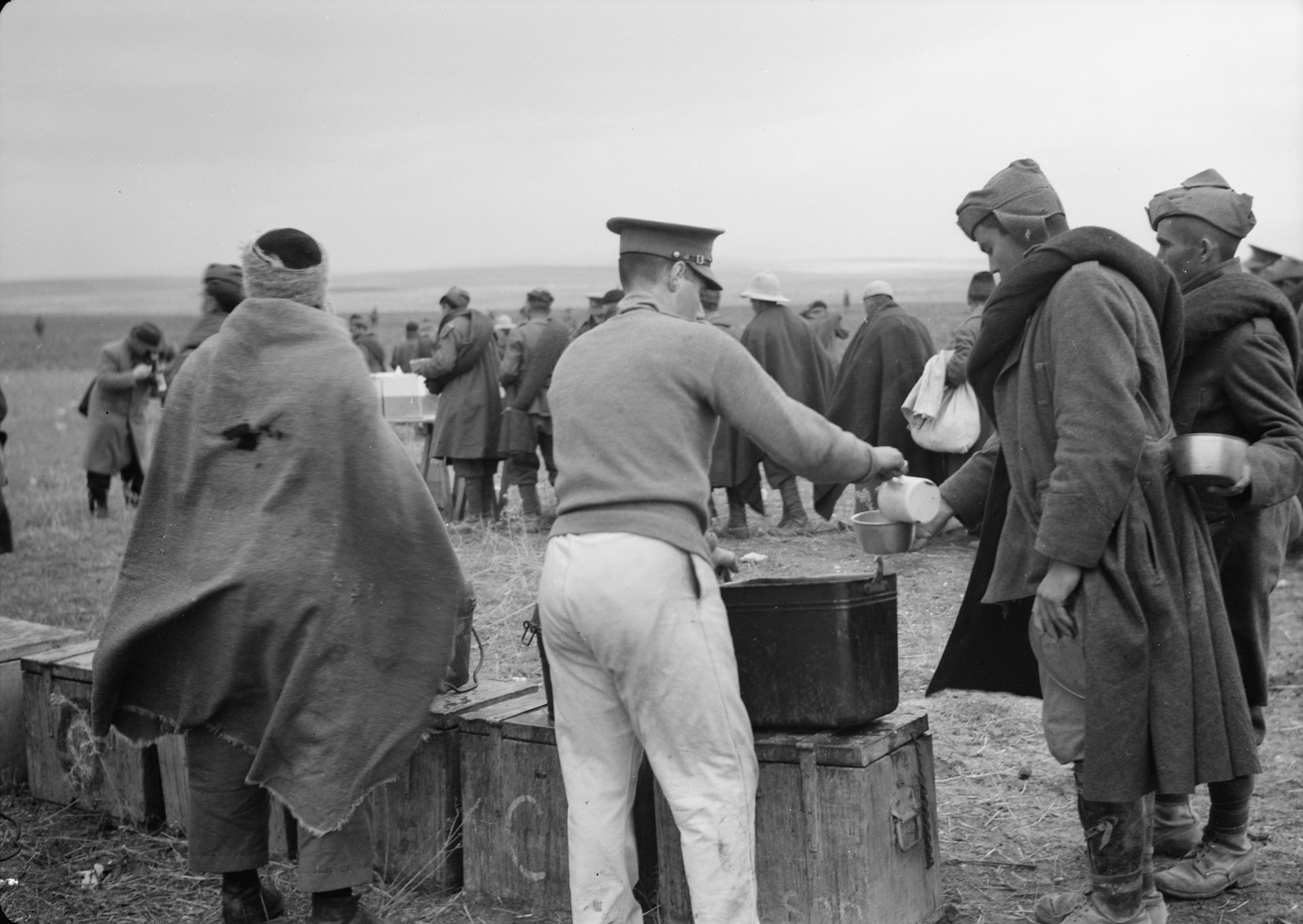 25. Итальянский пленный получает суп от новозеландского солдата на станции Вади Сарар