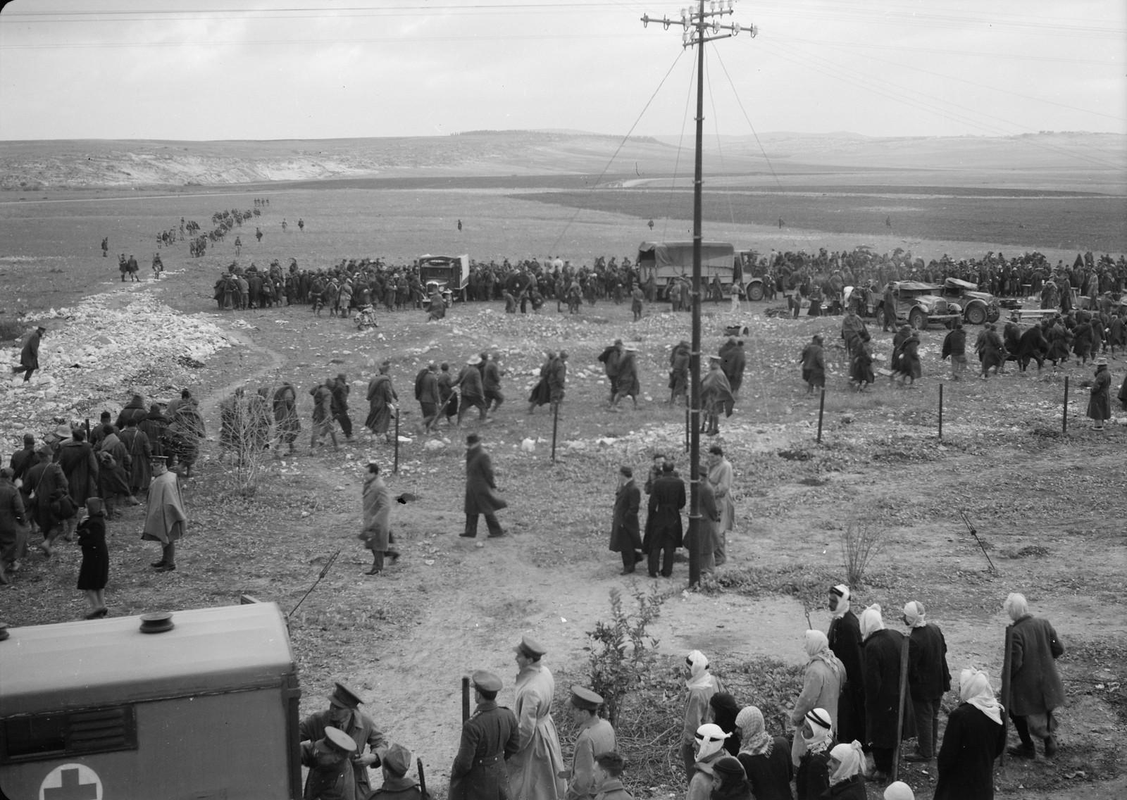 17. Итальянские пленные идут занимать очередь за обедом на станции Вади Сарар