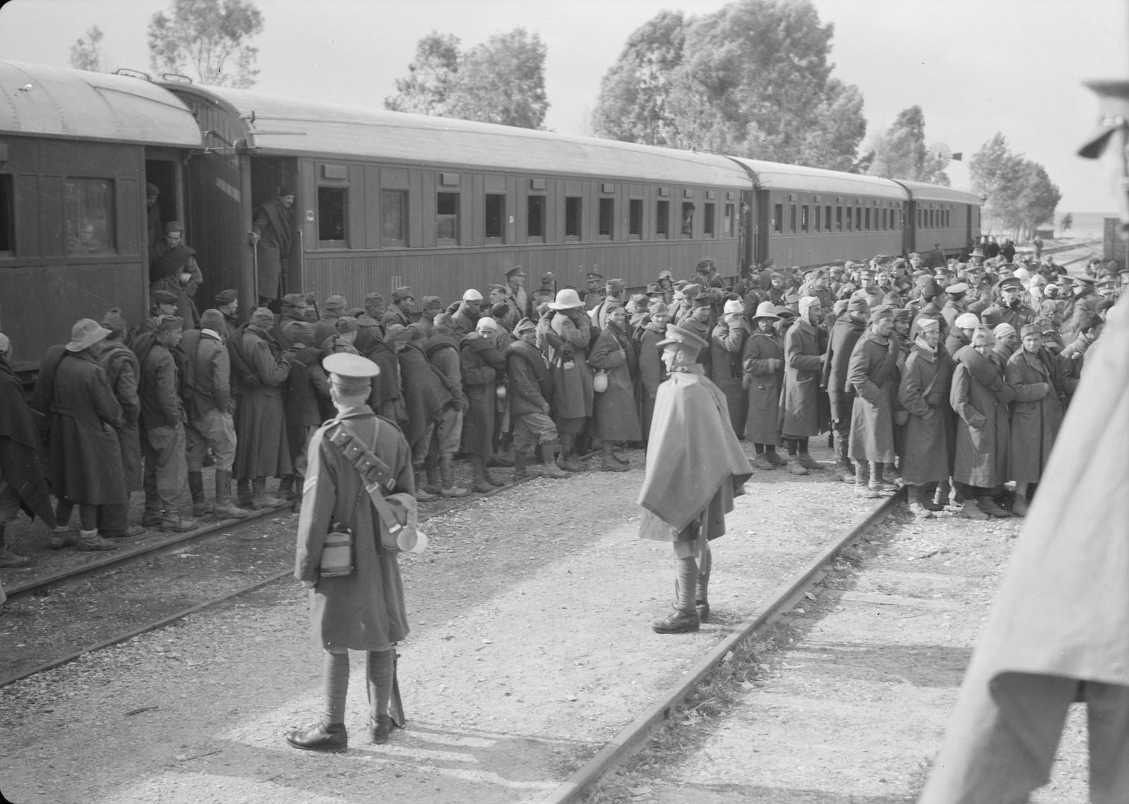 07. Итальянские пленные выходят из вагонов на станции Вади Сарар
