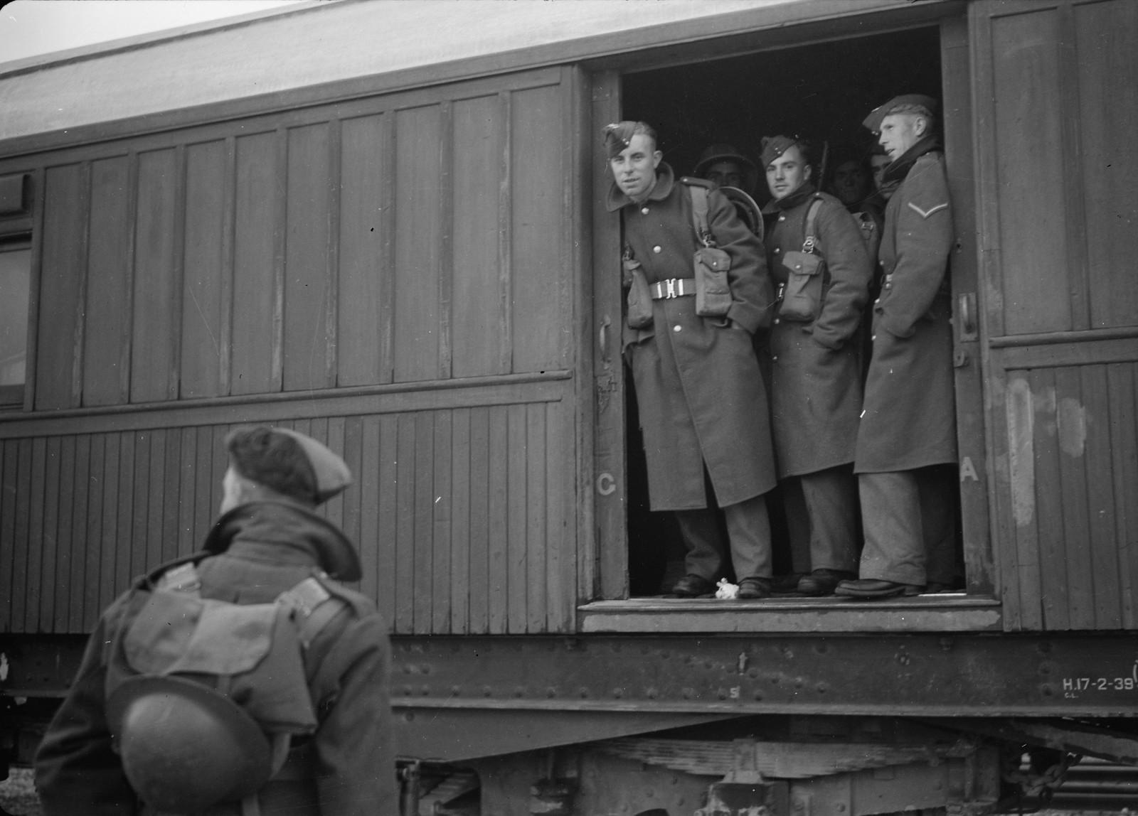 04. Английские солдаты стоят в вагоне поезда для перевозки пленных на станции Вади Сарар