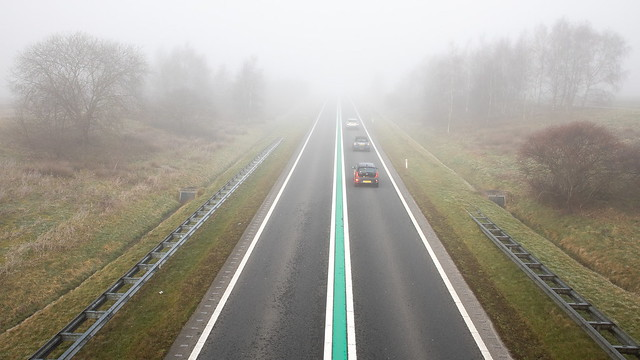 Verkeer op de N381 in de mist - foto Karin Broekhuijsen