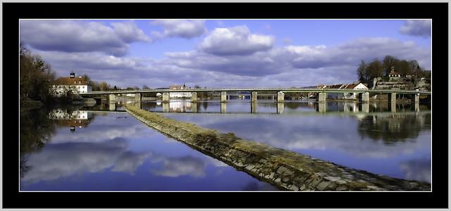 Brücken Panorama.  Links altes Grenzhaus Neuhaus. Die alte Brücke als Verbindung über den Grenzfluß Inn, nach Schärding OÖ. Seit 700 Jahren ragen die Steinpfeiler aus den Fluten. Wobei die Brücke selbst, viermal durch Hochwässer zerstört wurde.