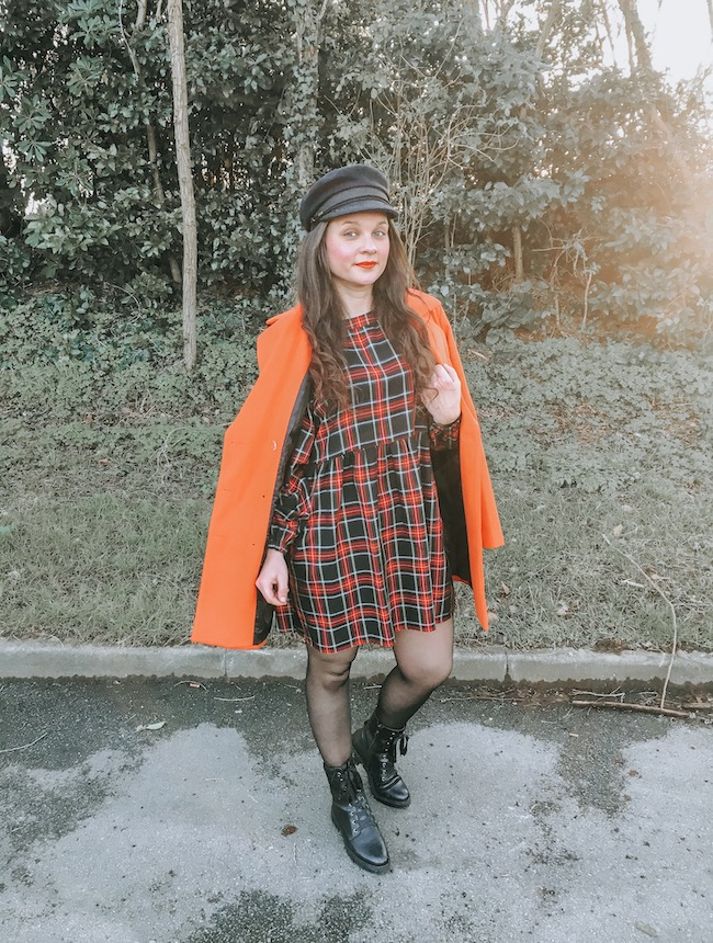 Look tartan, manteau orange et casquette marin