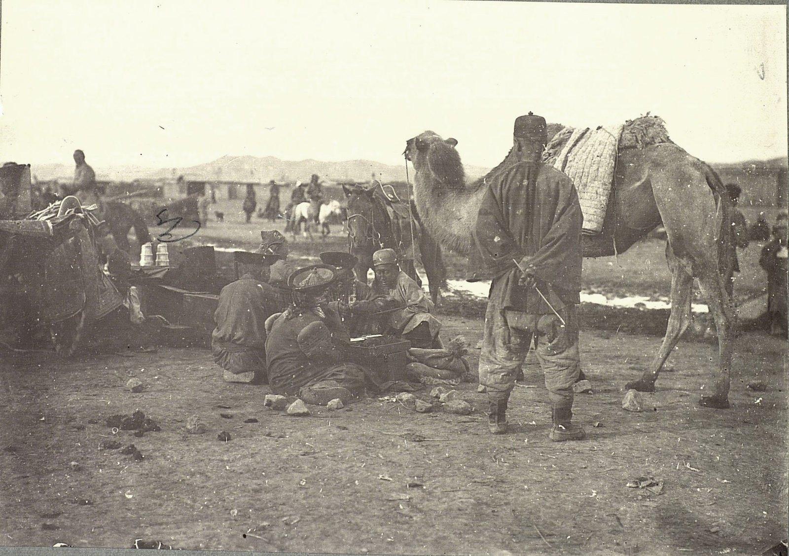 Верблюды и их возчики на Ургинском базаре. Урга.