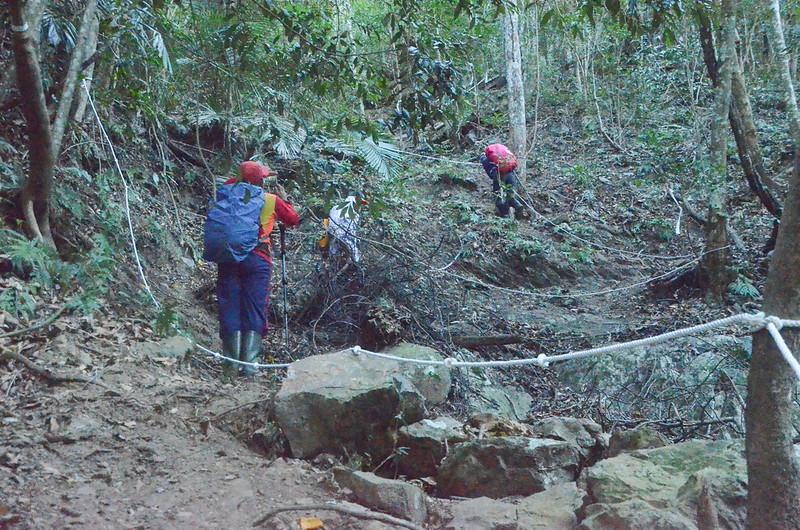 百川山鬆散石礫乾溝地形拉繩陡登段