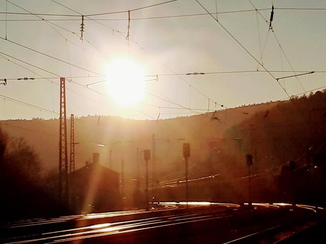 Gleißendes Licht auf den Gleisen
