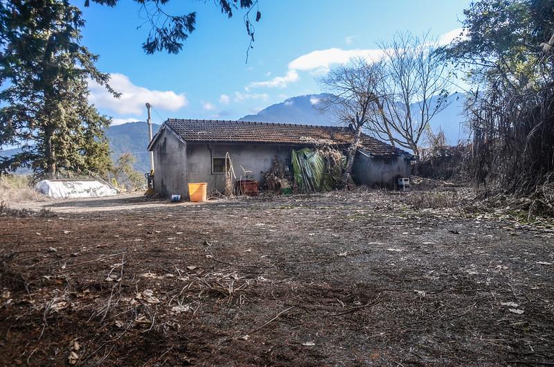 遠藤山登山產道鐵門左側民房