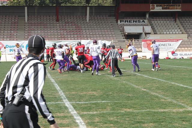 Uno de los árbitros observa la jugada - Fotografía de Sevilla Linces