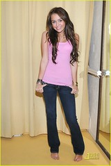 miley-cyrus-shopping-intuition-harmony-lane-01