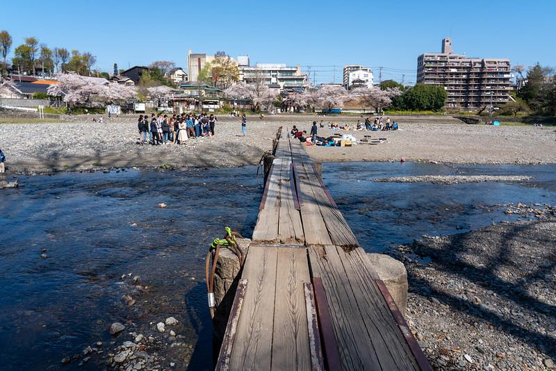飯能の河原で新歓する大学生グループ