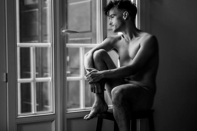 Thomas près de la fenêtre.