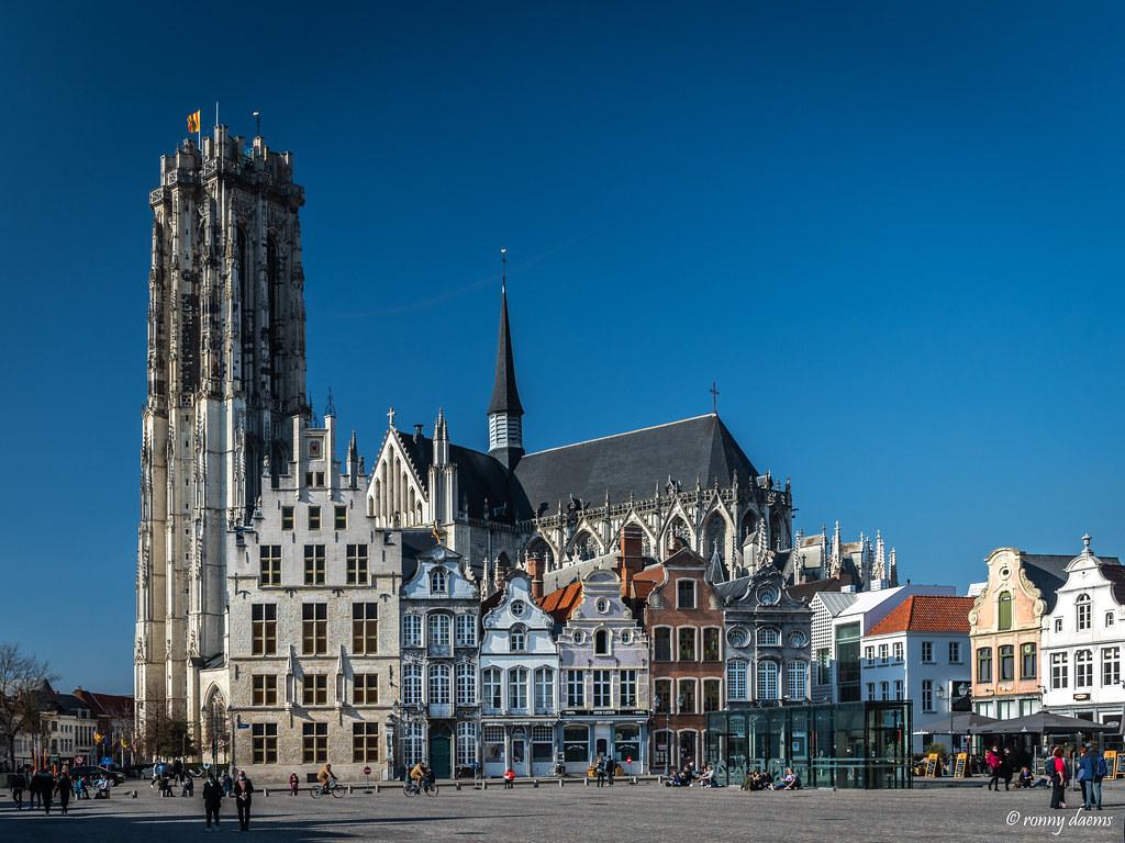 Mechelen, Grote Markt met de Sint-Romboutskathedraal.