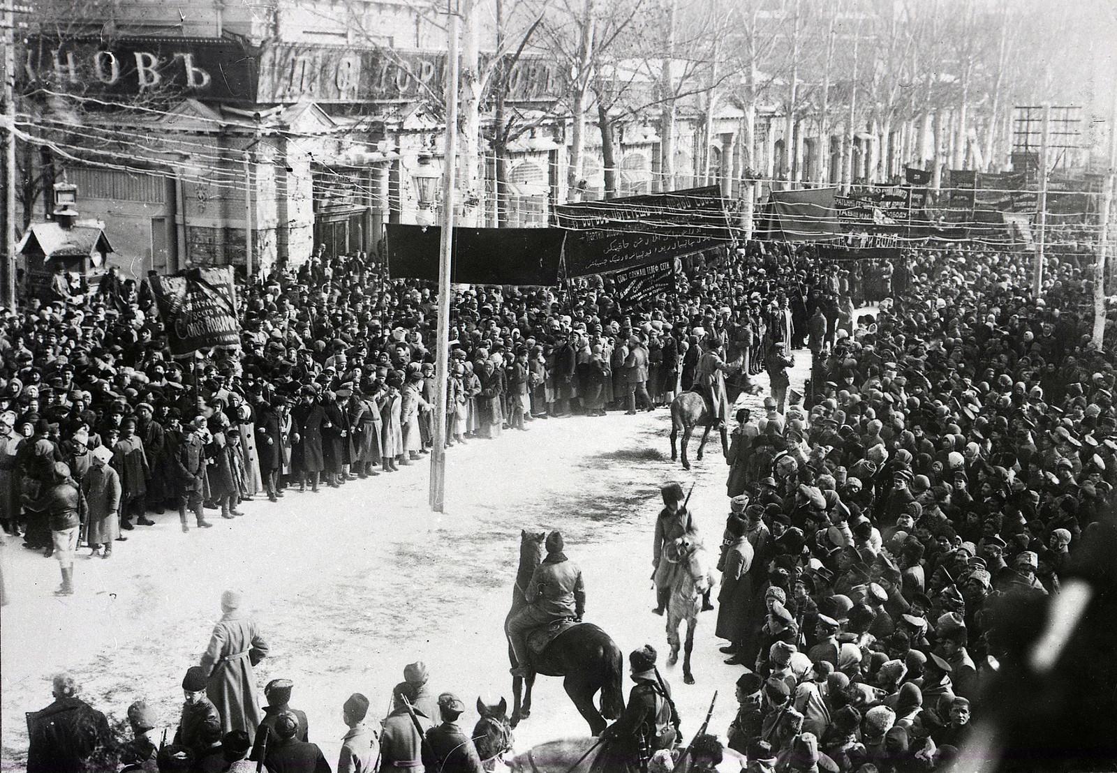 Похороны жертв январских событий. Ташкент, перекресток улиц Соборной и Ирджарской2