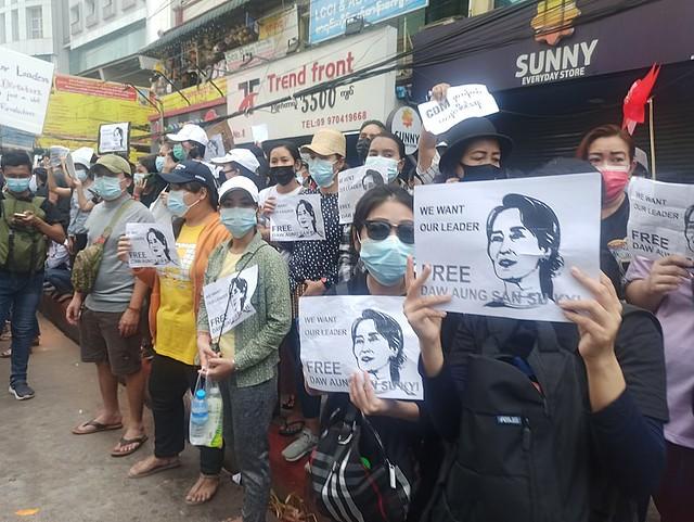 Demonstranten eisen de vrijlating van Aung Sang Suu Kyi in Yangon