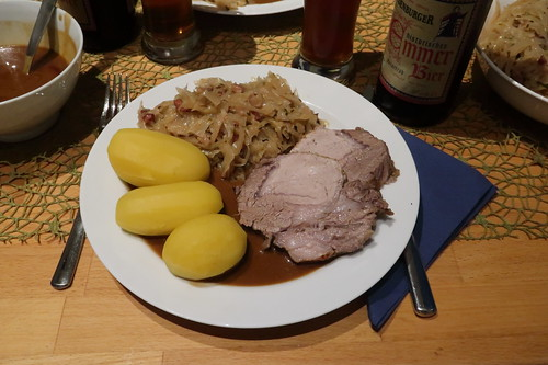 Schweinebraten mit viel Bratensoße, Bayrisch Kraut und Salzkartoffeln (mein Teller))