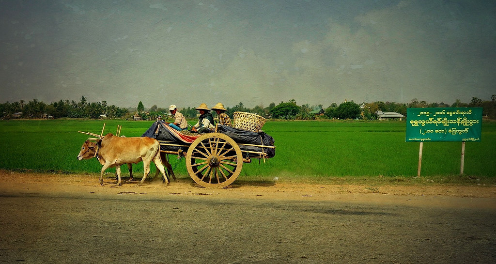 MYANMAR ,Burma - Unterwegs nach Bagan,am Rande der Hauptstadt - Gegensätze , man glaubt es kaum, 78206/13432