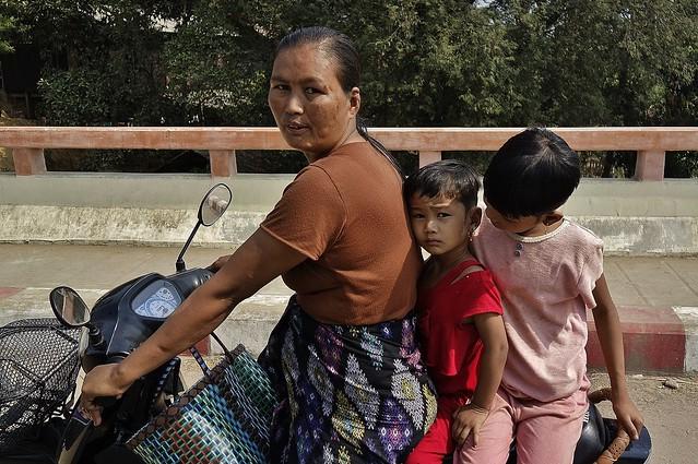 MYANMAR ,Burma - Unterwegs nach Bagan,am Rande der Hauptstadt - Gegensätze , man glaubt es kaum, 78208/13434