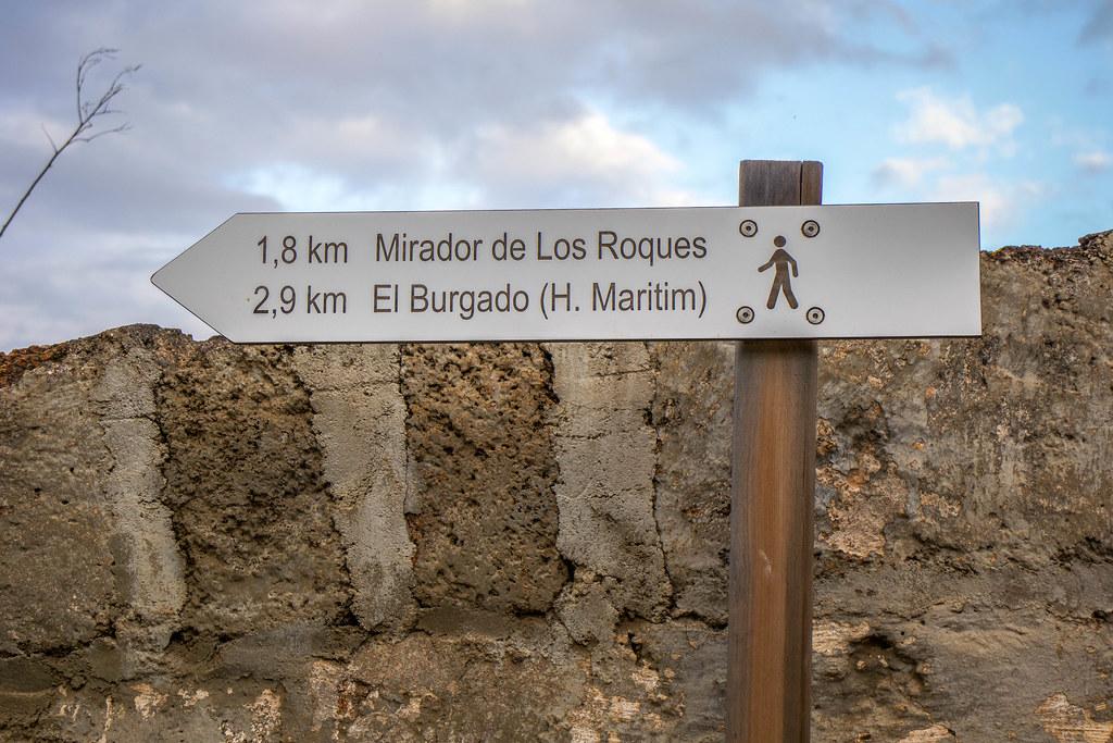 Señal de senderos hacia los Roques desde la Rambla de Castro