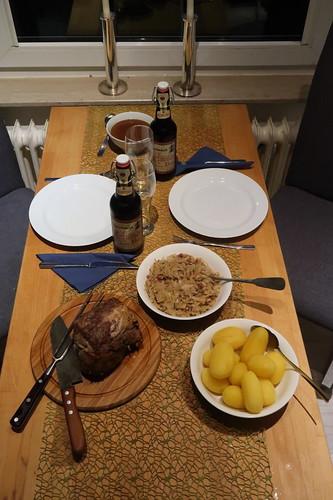 Schweinebraten mit viel Bratensoße, Bayrisch Kraut und Salzkartoffeln (Tischbild)