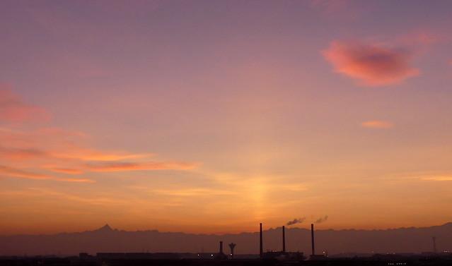 Il Monviso e la nuvoletta rosa. Tramonto a Torino, Italia.