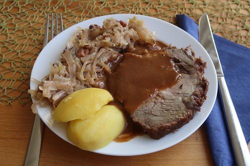Schweinebraten mit viel Bratensoße, Bayrisch Kraut und Salzkartoffeln (aufgewärmter Rest vom Vortag)