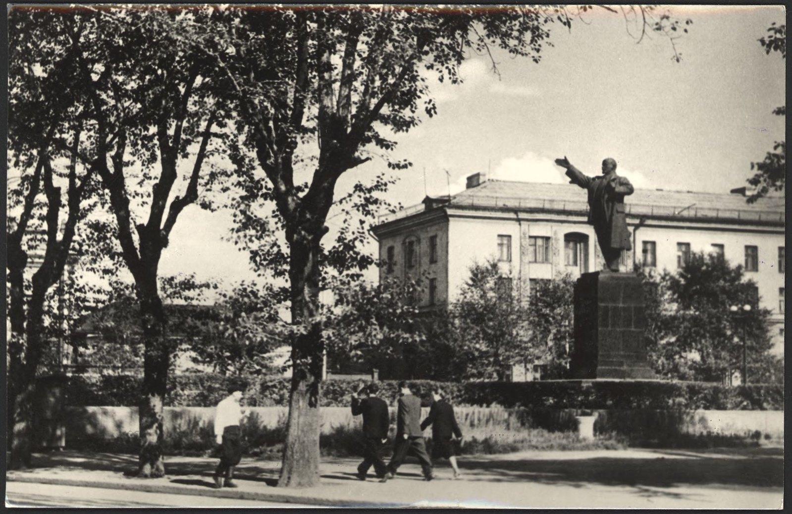 1961. Памятник В.И.Ленину на улице Карла Маркса