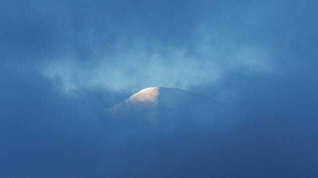 Le toit des Alpes flotte dans les nuages