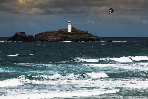 gwithianbeach gwithiantowans godrevylighthouse godrevyisland kitesurfer kitesurfing stivesbay cornwall england uk coast sea viewpoint canon 80d 70200mmf4lis
