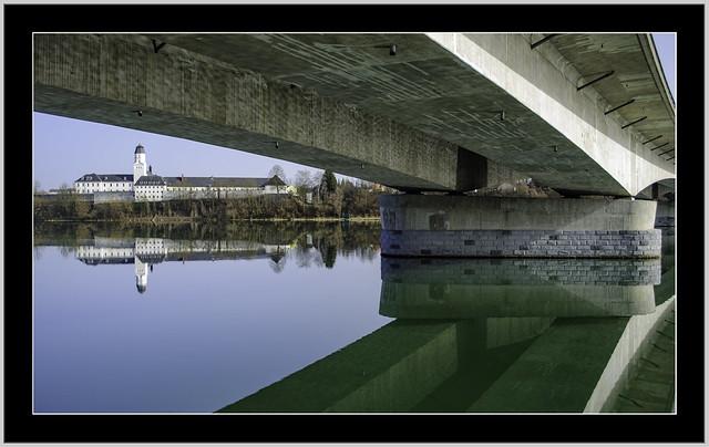 Die Brücke der Autobahn A3 Passau in Richtung Österreich A8, Grenzübergang Suben. Der Blick ehemaliges Stift Suben und heutige Justizanstalt Suben. Die Ehemalige Stiftskirche ist die heutige Pfarrkirche.