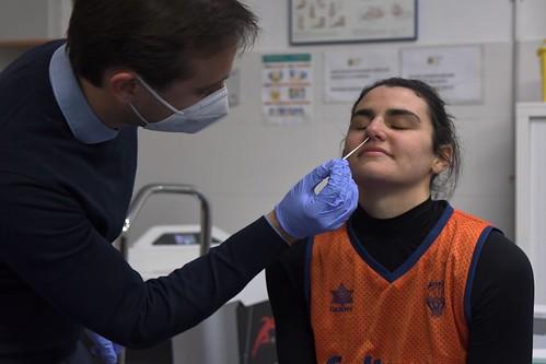 Leticia Romero, en el momento de someterse a una PCR
