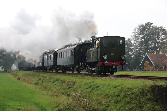 2020-10-18; 0102. MBS 8107 'Kikker' met trein 144S. Geukerdijk, Boekelo, Enschede. MBS Najaarsstoomdag.