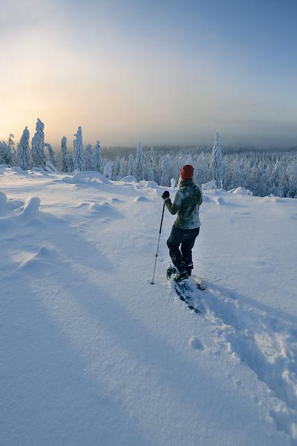 Lumikenkäilijä auringonlaskun aikaan 2
