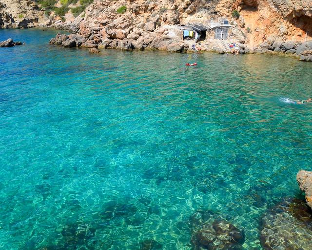 Aguas transparentes en Cala Mastella en Ibiza