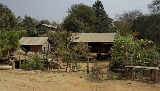 MYANMAR , Burma - Unterwegs nach Bagan, Dorf 78213/13439