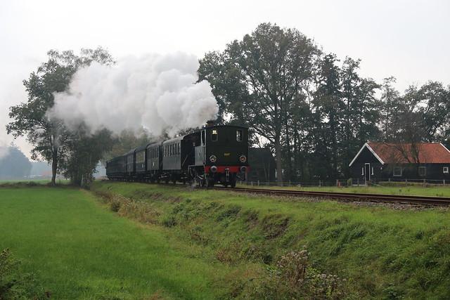 2020-10-18; 0100. MBS 8107 'Kikker' met trein 144S. Geukerdijk, Boekelo, Enschede. MBS Najaarsstoomdag.